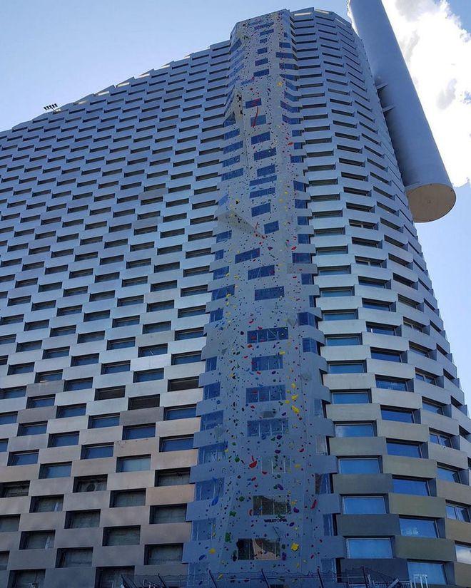 Ngắm nhìn bức tường leo núi cao nhất thế giới được xây dựng ngay trên một tòa nhà cao tầng - Ảnh 2.