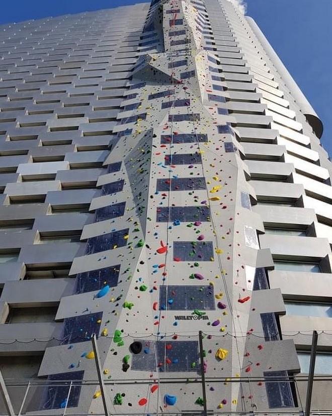 Ngắm nhìn bức tường leo núi cao nhất thế giới được xây dựng ngay trên một tòa nhà cao tầng - Ảnh 4.