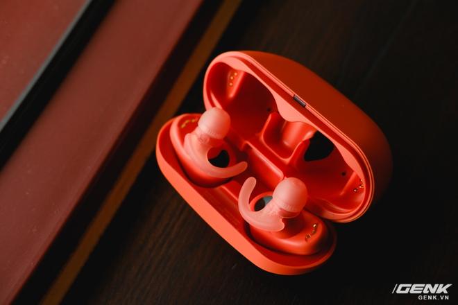Mở hộp tai nghe Sony WF-SP800N: Màu sắc trẻ trung, chống ồn chủ động, kháng nước và mồ hôi khi tập luyện thể thao, giá 4,79 triệu đồng - Ảnh 6.