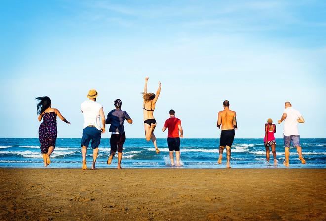 Khoa học trả lời: Hè đi chơi biển hay chơi núi sẽ vui hơn? Nên đi lẻ hay đi với lớp? - Ảnh 1.