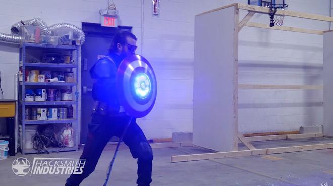 YouTuber chế tạo chiếc khiên của Captain America siêu cứng, đập gạch như chơi, biết bắn laser - Ảnh 2.