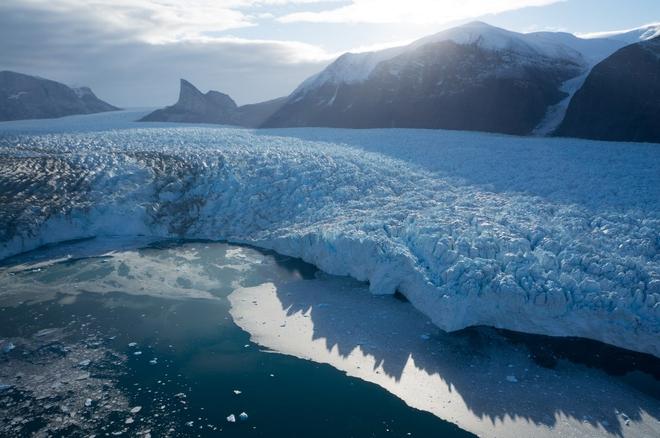 Sông băng tan dưới cái nắng khắc nghiệt ít thấy.
