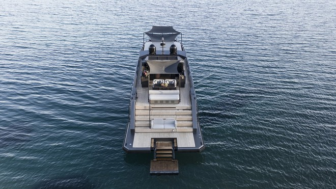 Một cái nhìn về boong phía sau và khu cầu thang dẫn xuống nước để bơi lội.