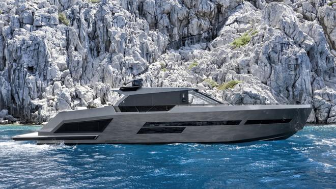 Cùng với boong tàu nặng bằng kính, Mazu kết hợp nhiều cửa sổ vào thân tàu
