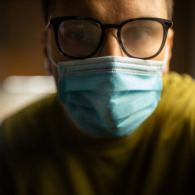 13 mẹo giúp đeo khẩu trang không bị mờ kính, đau tai, khó thở - Ảnh 1.