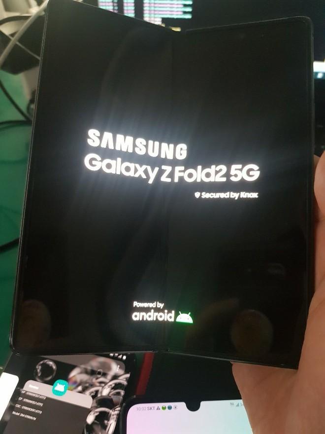 Galaxy Z Fold 2 lộ ảnh thực tế với màn hình nốt ruồi kích thước lớn - Ảnh 1.