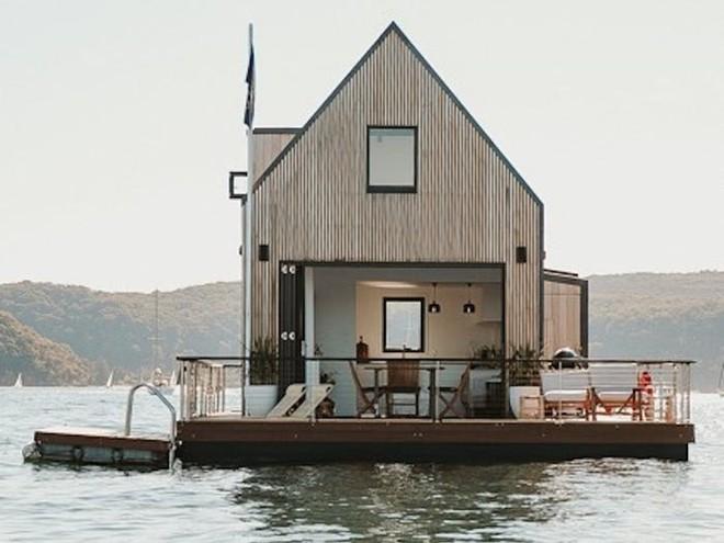 Biệt thự nổi dành cho 2 người, giá 1.100 USD mỗi đêm và sử dụng hoàn toàn năng lượng mặt trời - Bạn có muốn thuê? - Ảnh 1.