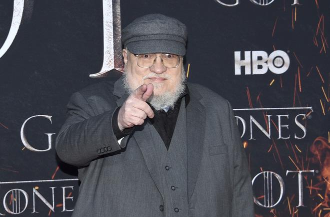 Lỡ miệng hứa sẽ xuất bản sách mới trong tháng 7/2020, cha đẻ của Game of Thrones bị fan đòi bắt giam vì mãi vẫn chưa thấy sách đâu - Ảnh 1.