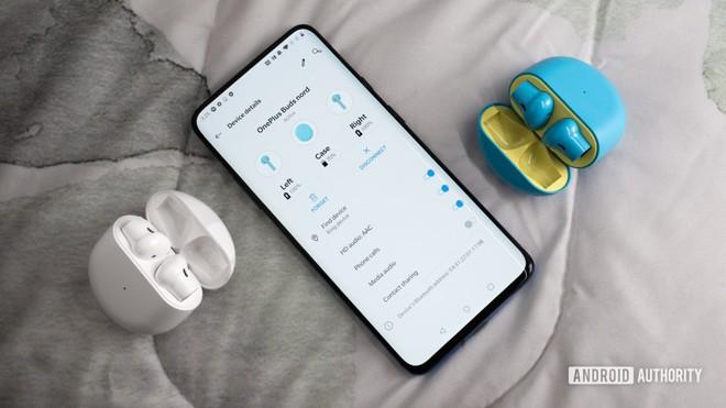 Học tập Apple sản xuất tai nghe không dây, Huawei và OnePlus còn bắt chước luôn thói xấu này của nhà Táo - Ảnh 2.
