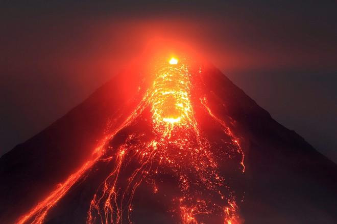 Điều gì sẽ xảy ra nếu chúng ta đổ tất cả rác vào miệng núi lửa nóng đến 1200 độ C? - Ảnh 1.
