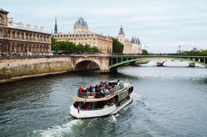 Pháp chuẩn bị mở rạp chiếu phim tạm thời trên sông, khán giả sẽ ngồi trong các du thuyền riêng biệt để thực hiện giãn cách xã hội - Ảnh 2.