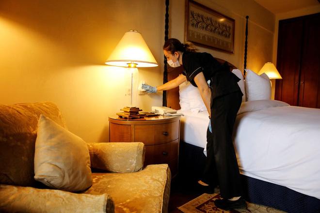 Nguy cơ lây nhiễm COVID-19 từ phòng nghỉ khách sạn là rất thấp nếu đảm bảo vệ sinh đúng cách - Ảnh 1.