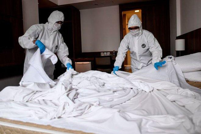 Nguy cơ lây nhiễm COVID-19 từ phòng nghỉ khách sạn là rất thấp nếu đảm bảo vệ sinh đúng cách - Ảnh 2.