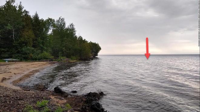 Đại chiến giữa drone nghìn đô và đại bàng đầu trắng, kẻ thua cuộc đã nằm dưới đáy hồ Michigan - Ảnh 2.