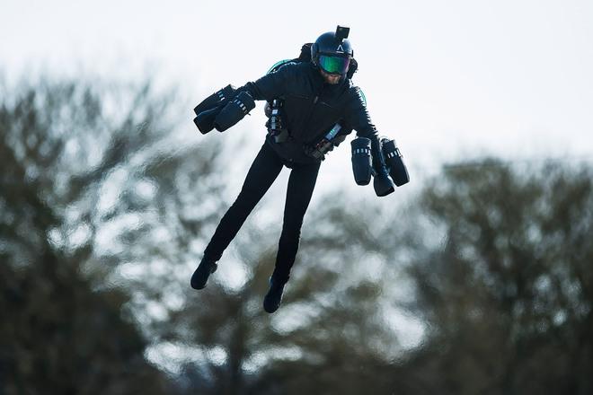 Lộ video thử nghiệm bộ đồ bay phản lực giống Iron Man giá 10 tỷ đồng, ai xem xong cũng muốn được thử bay một lần - Ảnh 2.