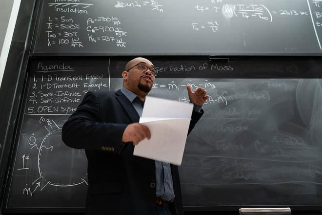 Giáo sư MIT: Ngày nào tôi cũng sợ con người sắp tuyệt chủng - Ảnh 1.