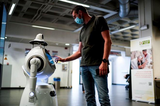 Khi đại dịch qua đi các robot nên ở lại: COVID-19 đang là cơ hội giúp hệ thống y tế đổi mới sáng tạo - Ảnh 4.