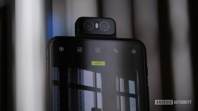 Asus Zenfone 7 lộ ảnh thực tế với cụm 3 camera xoay lật, cảm biến vân tay dưới màn hình - Ảnh 1.