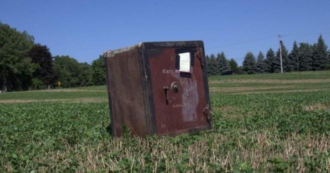 Ông nông dân Mỹ phát hiện ra cái két sắt bí ẩn nằm chỏng chơ giữa cánh đồng nhà mình - Ảnh 1.