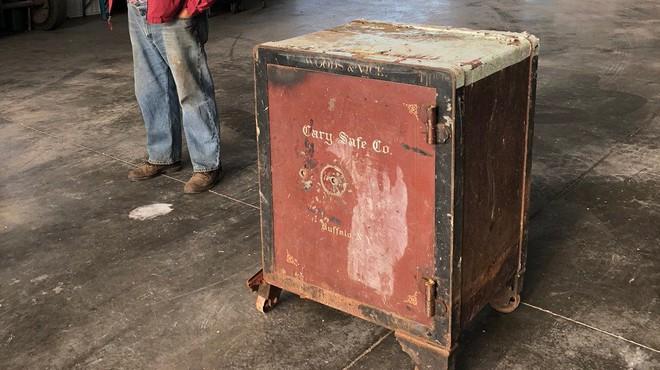 Ông nông dân Mỹ phát hiện ra cái két sắt bí ẩn nằm chỏng chơ giữa cánh đồng nhà mình - Ảnh 2.