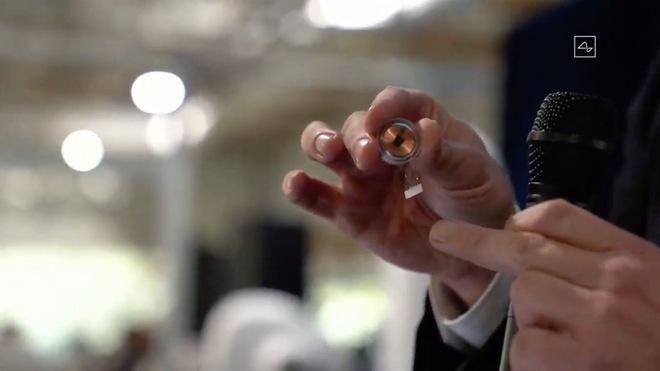 Elon Musk công bố thiết bị Neuralink được thử nghiệm trên heo, với những khả năng tương lai như lưu, tua ký ức và chơi game - Ảnh 1.
