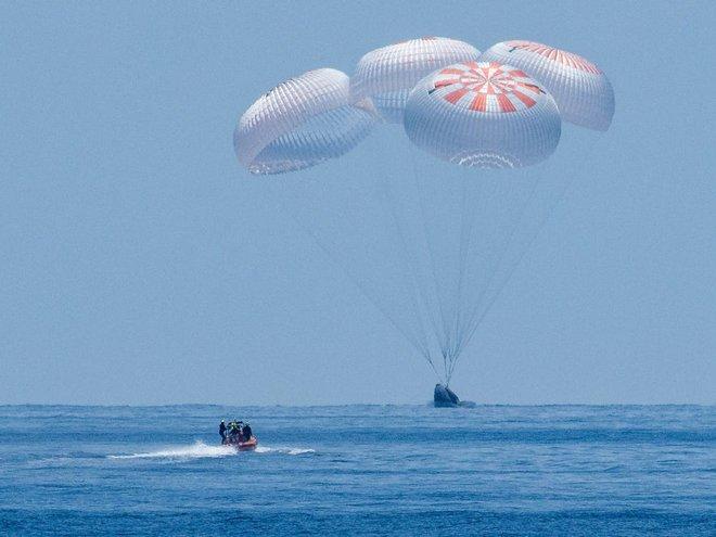 SpaceX đạt được cột mốc lịch sử: tàu Crew Dragon đưa 2 phi hành gia NASA về Trái đất thành công - Ảnh 1.