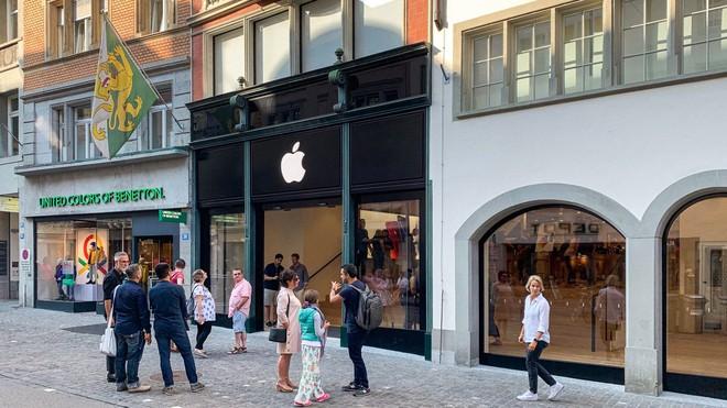 Apple bị hai mẹ con người Trung Quốc lừa, phải bảo hành hơn 1000 chiếc iPhone giả - Ảnh 1.