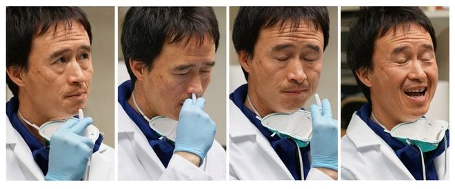 Nhà khoa học Harvard tự chế vắc-xin COVID-19 dạng xịt mũi và thử nghiệm trên bản thân mình - Ảnh 1.