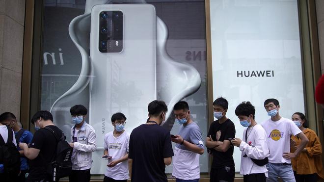 Hé lộ cách thức Huawei giành ngôi đầu tại Trung Quốc: chấp nhận đổi máy từ hãng khác, phát không cả máy lọc nước cho khách hàng - Ảnh 1.
