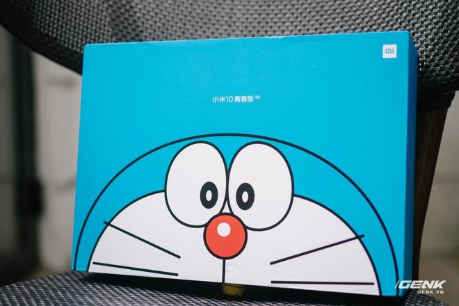 Mở hộp smartphone Doraemon giá gần 10 triệu đồng của Xiaomi - Ảnh 1.