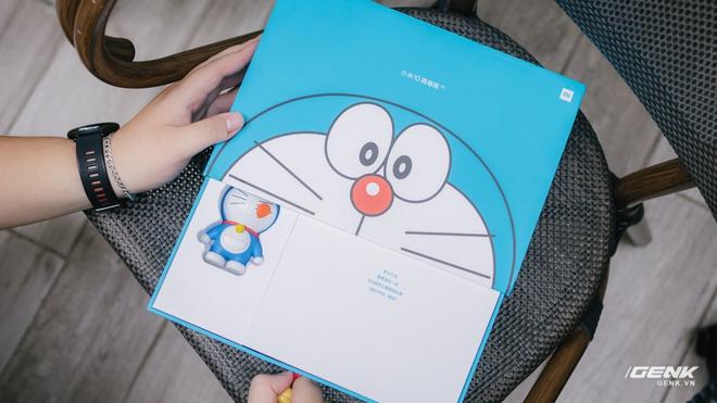 Mở hộp smartphone Doraemon giá gần 10 triệu đồng của Xiaomi - Ảnh 2.