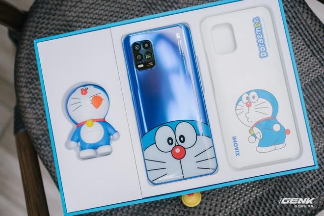 Mở hộp smartphone Doraemon giá gần 10 triệu đồng của Xiaomi - Ảnh 3.
