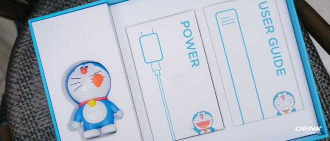 Mở hộp smartphone Doraemon giá gần 10 triệu đồng của Xiaomi - Ảnh 4.