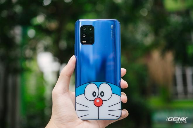 Mở hộp smartphone Doraemon giá gần 10 triệu đồng của Xiaomi - Ảnh 6.