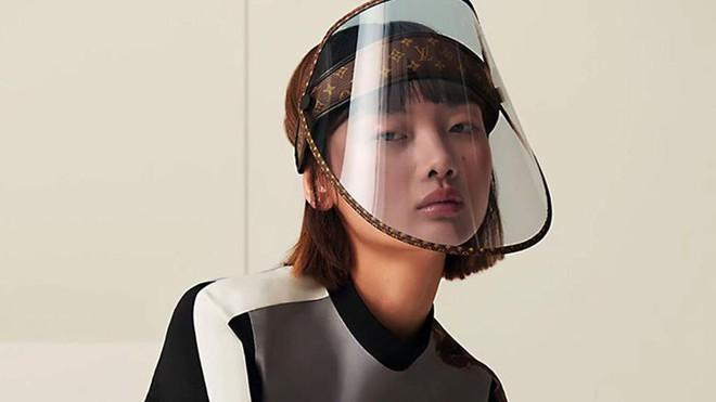 Chống dịch sang chảnh kiểu Louis Vuitton: Khiên che mặt nhìn vô cùng tầm thường, gắn thêm logo LV vào là giá độn lên cả nghìn đô - Ảnh 3.