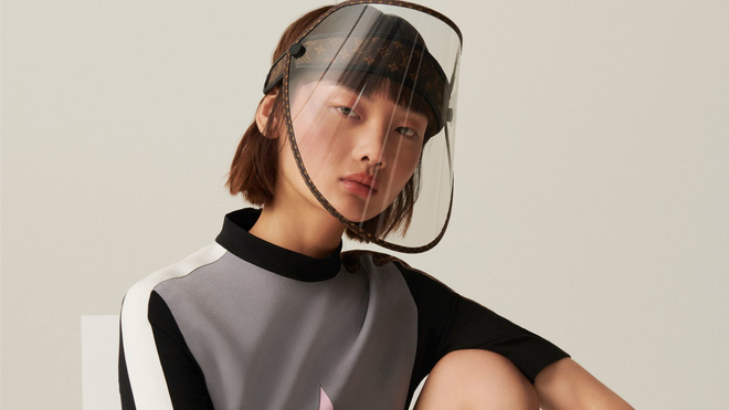 Chống dịch sang chảnh kiểu Louis Vuitton: Khiên che mặt nhìn vô cùng tầm thường, gắn thêm logo LV vào là giá độn lên cả nghìn đô - Ảnh 1.
