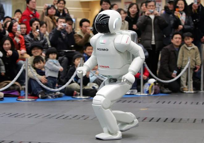 Tại sao khi robot càng giống người, chúng ta càng thấy chúng đáng sợ và rùng rợn? - Ảnh 1.