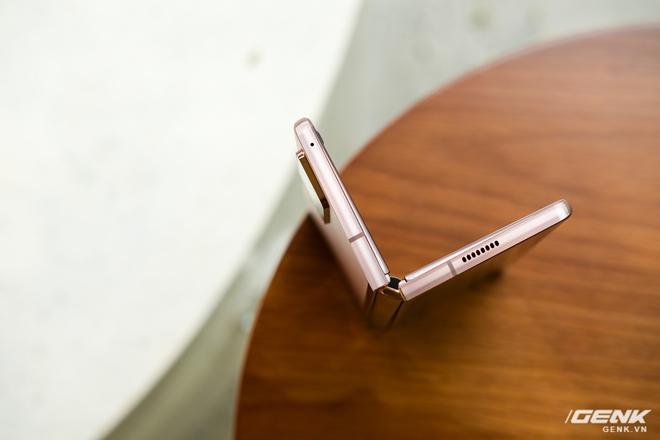 Mở hộp điện thoại gập đôi không gãy của Samsung: Cái gì cũng đẹp, mỗi tội giá dễ ngất - Ảnh 6.