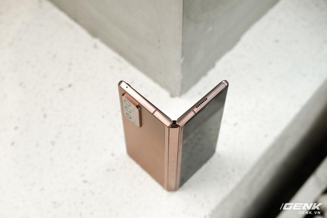 Mở hộp điện thoại gập đôi không gãy của Samsung: Cái gì cũng đẹp, mỗi tội giá dễ ngất - Ảnh 7.