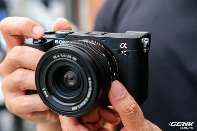 Trên tay chiếc máy ảnh Full Frame nhỏ nhất của Sony tại Việt Nam: Đẹp, nhẹ và mạnh mẽ - Ảnh 1.