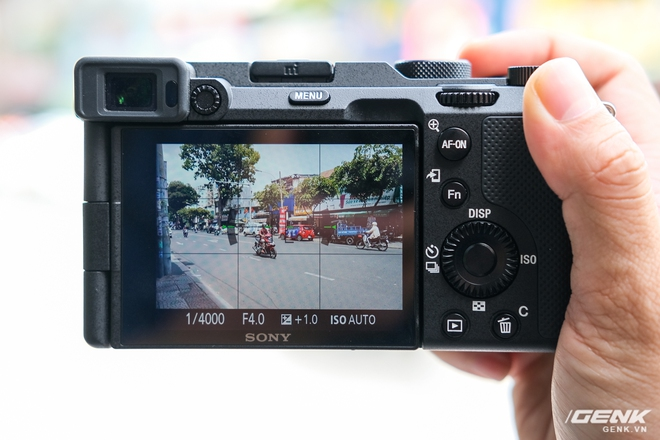Trên tay chiếc máy ảnh Full Frame nhỏ nhất của Sony tại Việt Nam: Đẹp, nhẹ và mạnh mẽ - Ảnh 6.