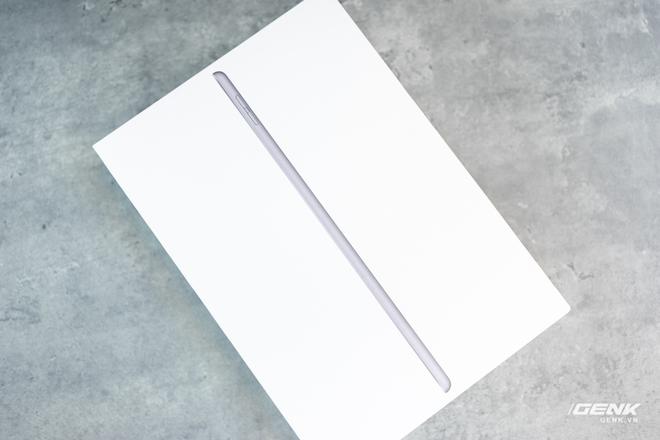 Trên tay iPad 8 tại VN: Chip A12 Bionic và sạc nhanh vớt vát thiết kế nhàm chán - Ảnh 1.
