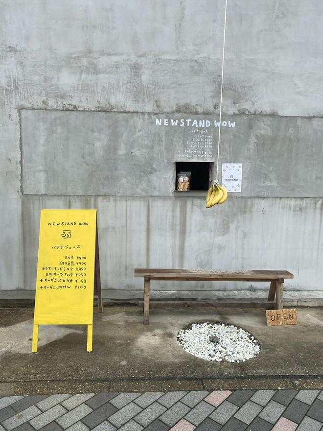 Quán cà phê trông như nhà hoang ở Nhật Bản, linh vật là một quả chuối, khách tới mua hàng qua ô cửa như lỗ châu mai - Ảnh 2.