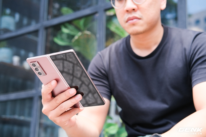 Samsung Galaxy Z Fold2 vs. Microsoft Surface Duo: Cuộc chiến giữa hai gã smartphone dị biệt - Ảnh 3.