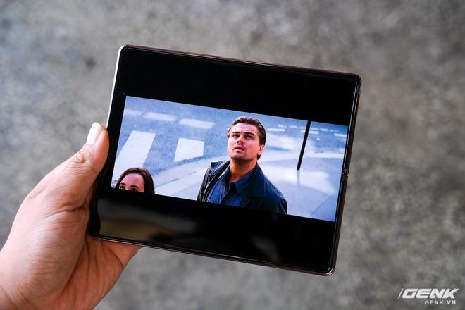 Samsung Galaxy Z Fold2 vs. Microsoft Surface Duo: Cuộc chiến giữa hai gã smartphone dị biệt - Ảnh 17.