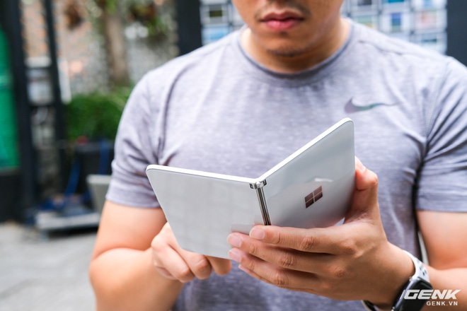 Samsung Galaxy Z Fold2 vs. Microsoft Surface Duo: Cuộc chiến giữa hai gã smartphone dị biệt - Ảnh 5.