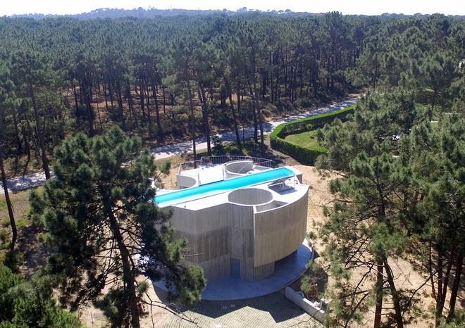Ngôi nhà bê tông đặt hồ bơi trên mái để ánh sáng chiếu xuyên suốt từ trên xuống dưới - Ảnh 1.