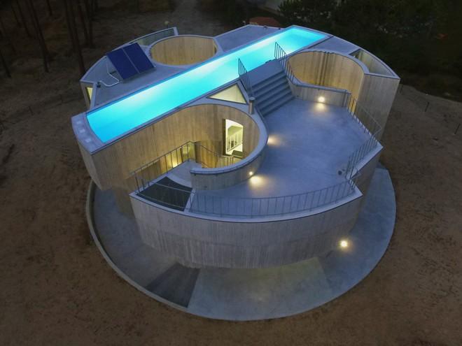 Ngôi nhà bê tông đặt hồ bơi trên mái để ánh sáng chiếu xuyên suốt từ trên xuống dưới - Ảnh 2.