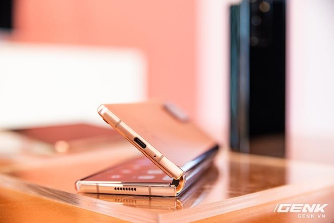 Trên tay Samsung Galaxy Z Fold2: Màn hình tràn viền cả trong lẫn ngoài, cơ chế gập thoải mái hơn, giá 50 triệu đồng - Ảnh 7.