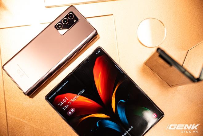 Trên tay Samsung Galaxy Z Fold2: Màn hình tràn viền cả trong lẫn ngoài, cơ chế gập thoải mái hơn, giá 50 triệu đồng - Ảnh 9.